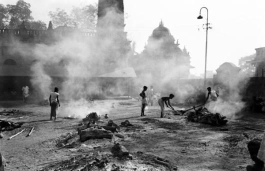 Piras funerarias en una plaza de Bengala para evitar que los muertos contagien epidemias.