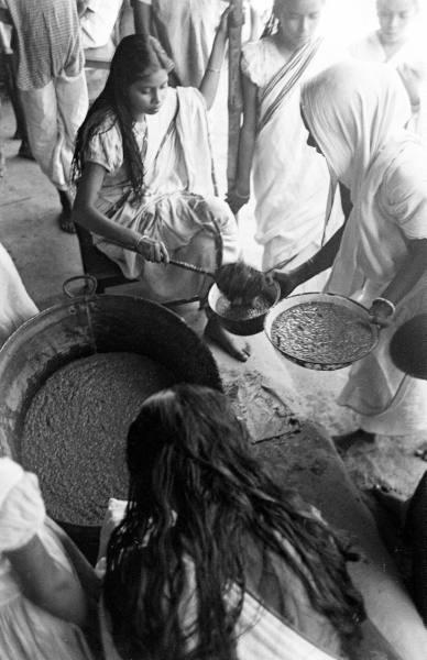 Diciembre de 1943. Niñas indias reciben los primeros socorros de alimentos.